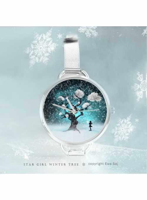 """Hodinky """"WINTER TREE"""" – dámske hodinky s miniatúrou postavy ženy pri zasneženom strome"""